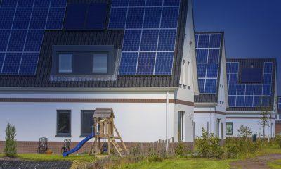 Hus med miljövänliga solcellspaneler på taken. Miljöcertifieringar bidrar till affärsnyttan.